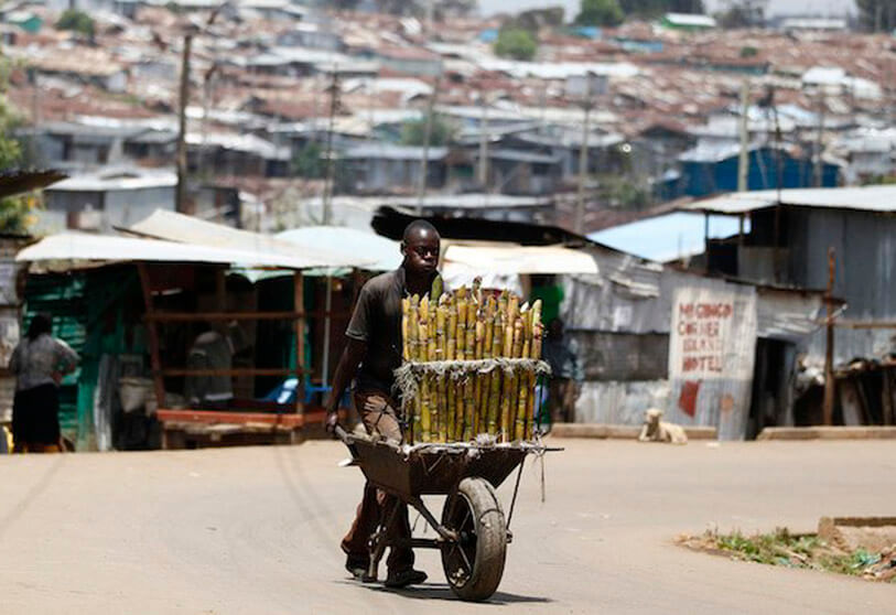 Fuente: Many labour markets in Africa remain dominated by poorly paid informal employment. REUTERS/Thomas Mukoya https://www.theafricareport.com/25289/coronavirus-africa-must-act-on-world-bank-imf-debt-relief-proposa