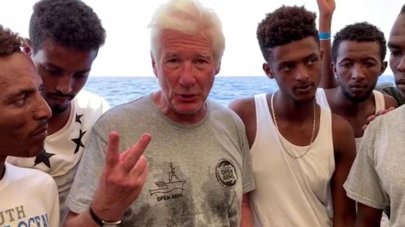 Richard Gere con migrantes