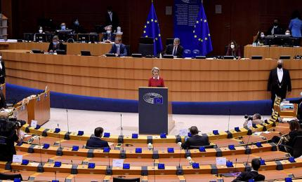European Commission President Ursula von der Leyen (C) delivers a speech during the debate on the EU-UK trade and cooperation agreement during the second day of a plenary session at the European Parliament in Brussels, 27 April 2021.